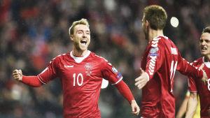 Eriksen firar sitt mål mot Rumänien.