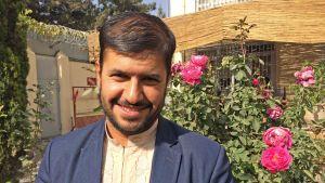 Afghanska forskaren Fazal Muzhary ler mot kameran.