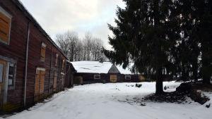 Gammal uthusrad och fähus. Wahlrooska hemmanet som ska bli hästsportcenter.