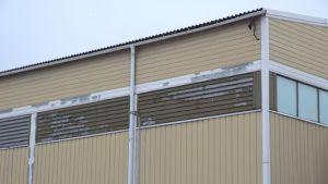 Färgen flagnar på Karis idrottshall.