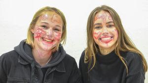 Ellen Eskelin (t.v.) och Oona Koskenvesa, abiturienter vid Grankulla gymnasium.