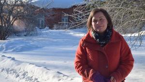 kvinna i vinterlandskap