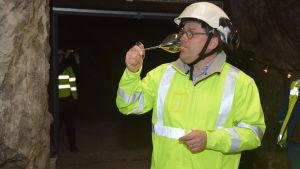 Cyril Brun smakar på sin champagne i Tytyri gruva i Lojo.