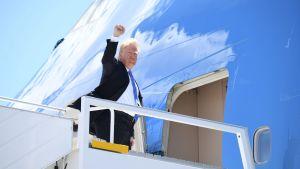 Donald Trump med knuten näve stiger in i flygplan på väg från Kanada