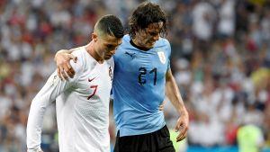 Cristiano Ronaldo hjälper Edinson Cavani av planen