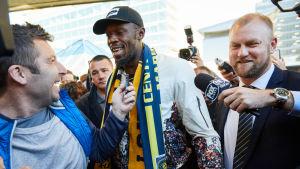 Usain Bolt omringas av journalister i Sydney.