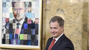 Sauli Niinistö framför porträttet som avtäcktes i maj 2018.