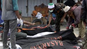 Det officiella dödstalet har stigit till över 1 700, men över 5 000 människor saknas och tros ha omkommit i skalvet för tio dagar sedan
