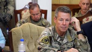 Nato-befälhavaren i Afghanistan, Austin Scott Miller under mötet i Kandahar på torsdagen.