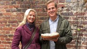 Kenneth Nars stoltserar med en äppelkaka, gjord på råvaror han räddat ur soporna. Jessica Suni har levt som fregan i över tjugo år