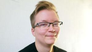 Sakris Uutela studerar medicin vid Läkis i Helsingfors. Han är också aktiv inom bland annat Invalidförbundet, Familjeförbundet och som ordförande för Seta. Hösten 2018.