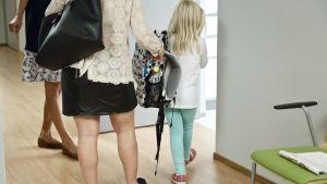 Mor och dotter på väg in till läkarens mottagning.