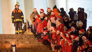 Åskådare samlas för att se lucia skrida nerför domkyrkans trappor.