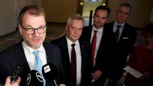 Juha Sipilä intervjuas. I bakgrunden står Antti Rinne, Kai Mykkänen och Andres Adlercreutz.