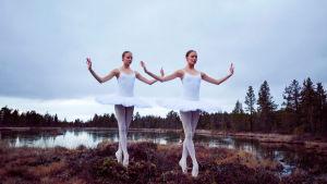 Kaksi nuorta naista balettiasussa suolla
