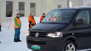En likbil kör en av de omkomna till sjukhuset i Tromsö.
