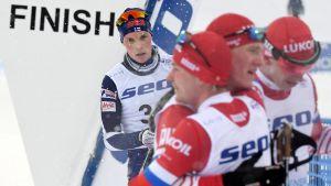 Rysslands medaljörer Andrej Sobokarev, Ivan Kirillov och Ivan Jakimusjkin firar när Juuso Haarala korsar mållinjen.