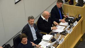 Foto av Carola Lithén (SFP), Michael Luther (SFP), Lars-Erik Gästgivars (SFP) och Samuel Broman (SFP) som alla sitter på samma sida av ett bord.