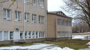 Yttre fasaden på Sarlinska skolan i Pargas.