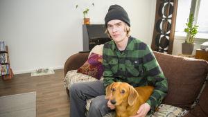 Henry Frilund on entinen asunnoton, joka asuu uudessa kodissa Teppo-koiran kanssa.