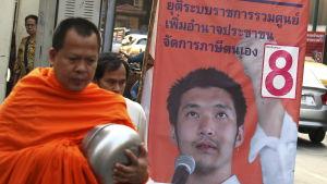 Den ungdomlige partiledaren Thanathorn Juangroongruangkit lockar många förstagångsväljare som får sina politiska nyheter via sociala medier eftersom juntan kontrollerar traditionella medier som tv&radio samt tidningar