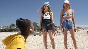 Adeleides tonårsdotter möter tvillingarna Tyler på stranden.