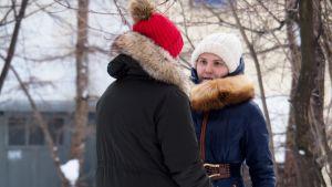 Anna Pavlikova ulkoilee äitinsä kanssa.