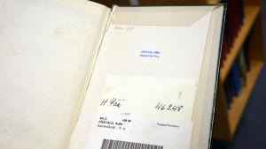 En Kalle Päätalo-bok är uppslagen på sista sidan. Den är stämplad Avskriven Poistettu.