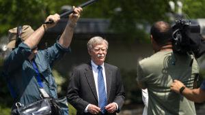 John Bolton talade med journalister utanför Vita huset den tredje maj.