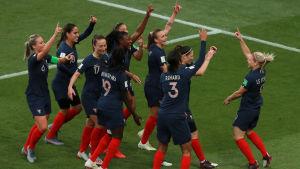 Frankrike firar ett av sina många mål i VM-premiären.