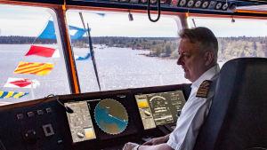 En sjökapten på ett fartygs kommandobrygga.