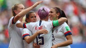 USA jublar efter segern över Spanien.