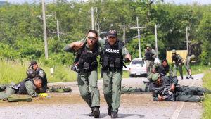 Den 15 år långa konflikten i tre muslimska provinser i södra Thailand har krävt över 7 000 dödsoffer. Rebellerna angriper ofta poliser och soldater så som denna bombattack i Pattani i fjol
