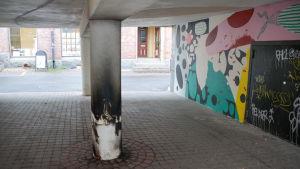 En pelare som blivit svedd av eldsvåda