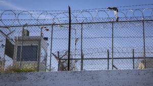 Stängsel vid flyktinglägret Morias murar.