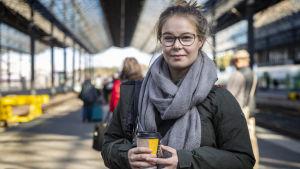 Jenniina Vaara på Helsingfors järnvägsstation.