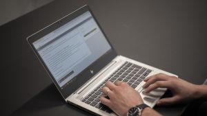En person använder en bärbar dator och är inne på webbtjänsten Wilma.