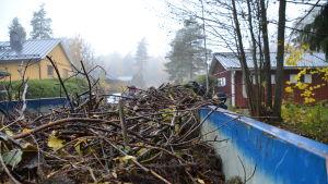 Lastflak med trädgårdsavfall.