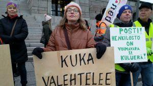 Outi Kaunisto från Åbo vill att postens ledning ska avgå. Hon är beredd att strejka hur länge som helst.