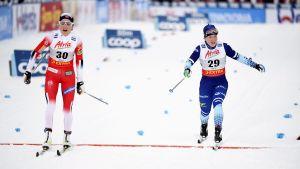 Johaug och Pärmäkoski går i mål sida vid sida.