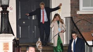 Boris Johnson på trappan till Tory-partiets högkvarter i London.