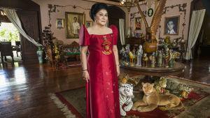 Imelda Marcos poseeraa kotonaan. Kuva dokumenttielokuvasta The Kingmaker.