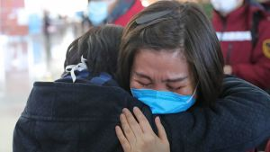 Kina har skickat över 20 000 läkare och sjukskötare till Wuhan och Hubei och ännu fler är på väg. Dessa läkare från provinsen Liaoning tar farväl av varandra på flygplatsen i Shenyang inför flyget till Wuhan.