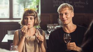 Oona (Anna Airola) ja Arttu (Elias Salonen) istuvat ravintolassa pöydän ääressä.