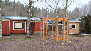 En tom lekplats p Hullusvägen 5 i Kyrkslätt.