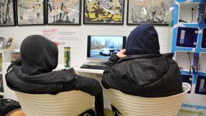 Två pojkar som tittar på en datorskärm.