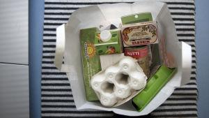 Ruokaostokset kaupan paperikassissa.