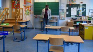 Rektorn Juan Carlos Boeck såg ut över ett tomt klassrum i sin lågstadieskola i Dortmund i måndags. Lågstadieskolorna i Nordrhein-Westfalen får öppna gradvis från och med i morgon, torsdag.
