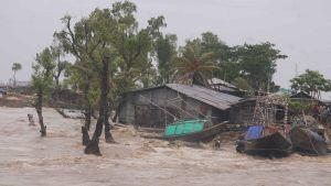 Stormen Amphang sveper in över Bangladesh kust.