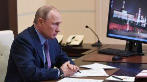 Vladimir Putin klandrar instanser för dieselutsläpp
